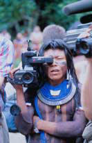 Indien Kayapo filmant l'occidental